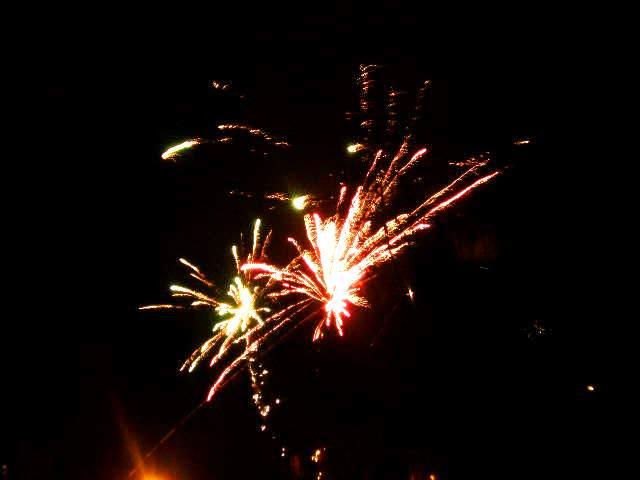 Na Silvestra bude převážně slunečno. Pyrotechnika na noční obloze.