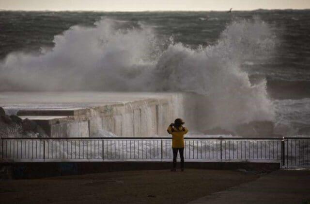 Vítr a povodně ve Španělsku a krupobití v Austrálii. Vlna na moři.