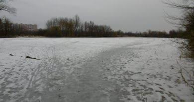 Větrno a obleva na horách. Zamrzlý rybník.
