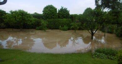 Extrémní srážky v bouřkách a blesková povodeň. Zatopená zahrada.