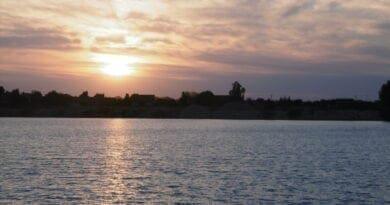 Po letním víkendu ochlazení a nebude poslední. Letní večer u jezera.