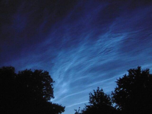 Noční svítící oblaky jako zpestření letní obloh