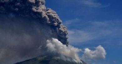 Vybuchla sopka Lewotolok. Kouřící vulkán.