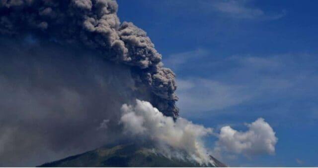 V Indonésii vybuchla sopka Lewotolok
