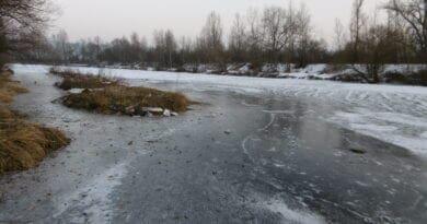 Teplota stále kolem nuly. Led v řece Berounce.