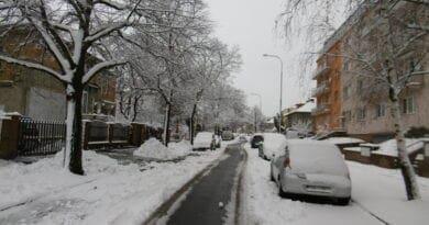 O Vánocích bude sníh. Zasněžená ulice na sídlišti.