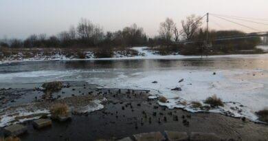 Kdy vítr působí větší zimu a kdy menší? Zamrzající řeka.
