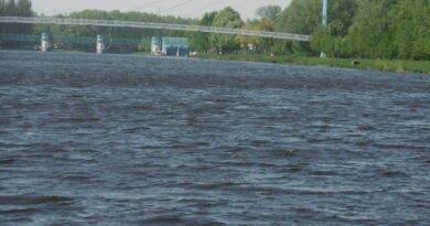 Kde sledovat vítr a tlak? Větrno do pátku, poté léto? Vlny na vodní hladině řeky při silném větru.