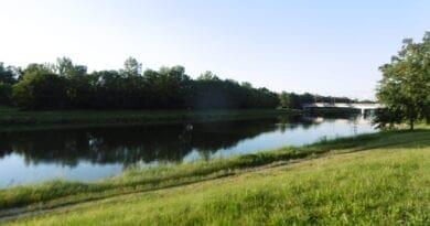 Suchý týden, na konci lokální bouřky. Letní řeka a slunné počasí.