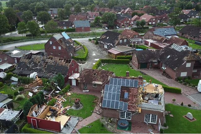Tornádo na severu Německa. Poškozené domy v obci.