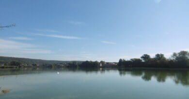 Velmi teplý zářijový týden. Slunečné počasí v září u rybníka.