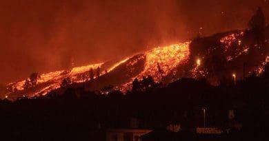 Na Kanárských ostrovech vybuchla sopka. Tekoucí láva ze sopky na ostrově La Palma.